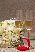 свадебный букет, кольца и шампанское — Стоковое фото