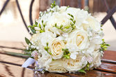 Wedding bouquet not to a bench — Stock Photo