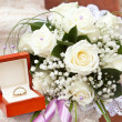 Wedding rings and bouquet — Stockfoto
