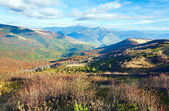 Sonbahar dağlar ve stark çıplak ağaçlar — Stok fotoğraf