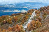 Första vintern snö och hösten färgglada bladverk på berg — Stockfoto