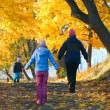 Family in autumn maple park — Zdjęcie stockowe