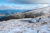 Eerste wintersneeuw op herfst bergplateau — Stockfoto