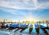 Venedig-gondeln bei sonnenuntergang — Stockfoto
