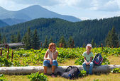 Family in summer mountain — Stockfoto