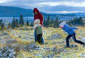 Première neige d'hiver en automne montagne et famille sur pied — Photo