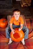 Young boy carving pumkins — Stock Photo