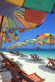 Plážové lehátko a barevný deštník na beach, phuket Thajsko — Stock fotografie