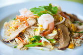 Stir-fried noodles and vegetables : delicious food — Stock Photo
