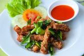 Profonde Porc frit avec feuille de lime de sangsue et sauce chili — Photo