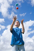 Learning to juggle (some motion blur) — Stock Photo
