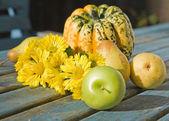 Autumn stil-life with wet yellow chrysantemums — Stock Photo