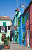 Burano island in lagoon of Venice; famous brightly-colored house — Stock Photo