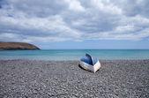 фуэртевентура, старый перевернулась лодка на черный вулканический каменный пляж — Стоковое фото
