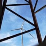 concept d'énergie éolienne - énergie éolienne vent moulin vu thro de récolte — Photo