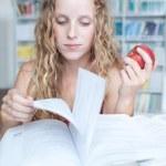 güzel Bayan Üniversite öğrenci kitaplığı — Stok fotoğraf