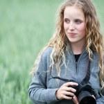 hezká mladá žena s dslr fotoaparát fotí venku — Stock fotografie