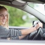 hezká mladá žena, která řídila své nové auto — Stock fotografie