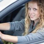 genç ve güzel kadın yeni arabası sürüş — Stok fotoğraf