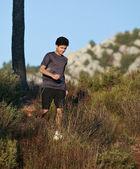 бегун, движущихся через солнечный пейзаж — Стоковое фото