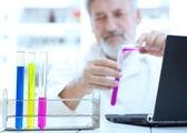 Ricercatore senior maschile, svolgendo ricerche scientifiche in un laboratorio — Foto Stock
