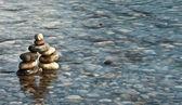 Pebble pyramid i en flod — Stockfoto