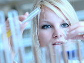 Closeup of a female researcher carrying out experiments in a lab — Stock Photo