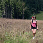 Young woman hiking outdoors (going uphill) — Stock Photo