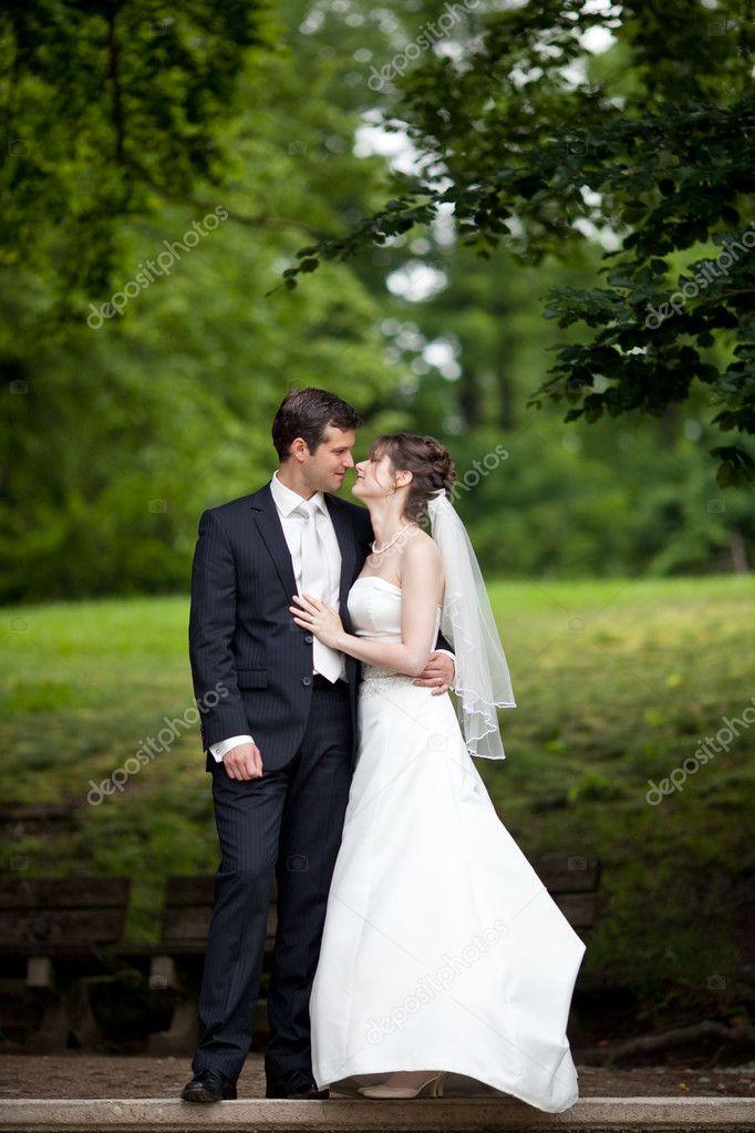 mariage jeune belle  mer fraîchement marié et la mariée pose