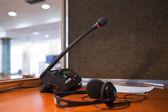 Yorumlama - mikrofon ve geçiş panosu — Stok fotoğraf