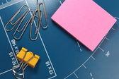 办公文具-纸夹和贴粉红色便条纸 — 图库照片