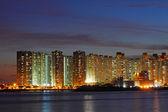 Bloques de apartamentos de hong kong en la noche — Foto de Stock