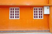 Pared vintage y ventanas en fondo naranja — Foto de Stock