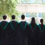 l'arrière des diplômés de l'Université avec leurs robes — Photo