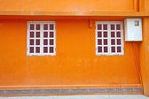 Vintage muur en vensters in oranje achtergrond — Stockfoto