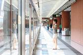 Asiatische mädchen warten im bahnhof — Stockfoto