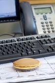 Biuro śniadanie z narzędzia office — Zdjęcie stockowe