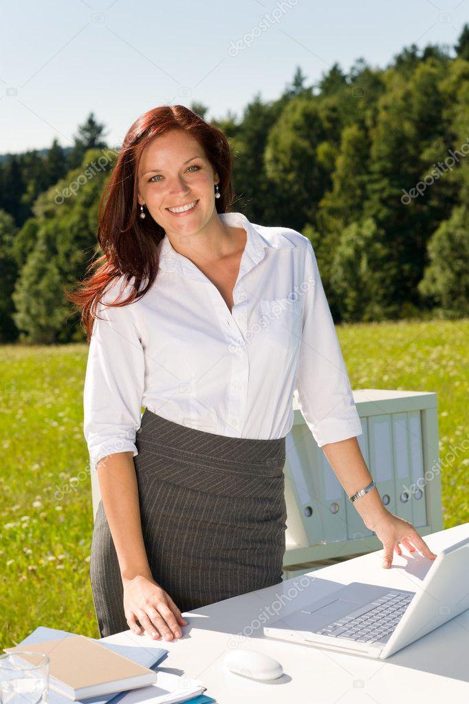 Empresaria fuera de naturaleza azul cielo oficina sonre r for Fuera de oficina gmail
