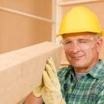 klusjesman volwassen timmerman maatregel houten balken — Stockfoto