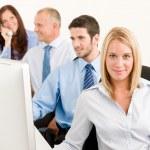 obchodní tým happy sedět v řadě za stolem — Stock fotografie
