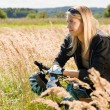 Mountain biking young woman sportive sunny meadows - Foto Stock