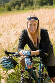Mountain biking young woman sportive sunny meadows — Foto de Stock