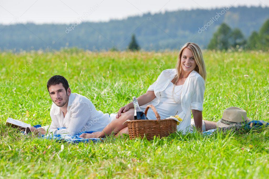 picknick romantisch zu zweit lesen buch wiesen. Black Bedroom Furniture Sets. Home Design Ideas