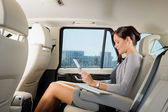 Uitvoerend zakenvrouw in tablet van de aanraking van het werk van de auto — Stockfoto