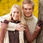 herfst liefde paar knuffelen gelukkig in park — Stockfoto