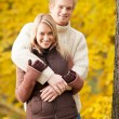 Autumn love couple hugging happy in park — Foto de Stock