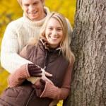 automne amour couple hugging heureux en parc — Photo