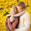 automne romantique couple heureux hugging en parc — Photo