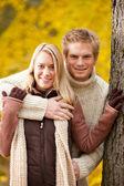 Otoño amor pareja abrazándose feliz en el parque — Foto de Stock