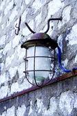 Street lamp hanging on wall of bricks — Stockfoto